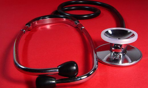 Stethoskop ist Standardausstattung und Symbol fuer Aerzte und Mediziner - stethoscope is standard for doctors and symbol for physicians and the medical profession
