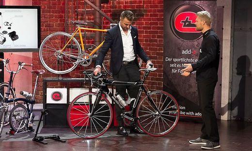 """Fabian Gutbrod (rechts) versucht, in der Show auch Leo Hillinger von seiner Idee zu überzeugen, ein """"add-e"""" Händlernetzwerk aufzubauen"""