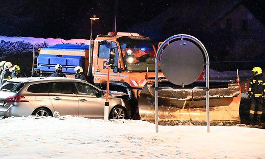 In Lind ob Velden kollidierten am Abend ein Pkw und ein Räumfahrzeug
