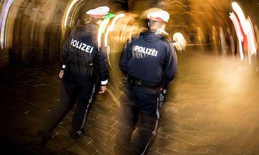 Im Rahmen ihrer normalen Streifentätigkeit überprüft die Polizei derzeit auch die Einhaltung der Corona-Maßnahmen (Symbolfoto)