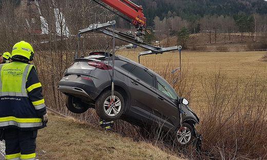 Der SUV landete im Straßengraben