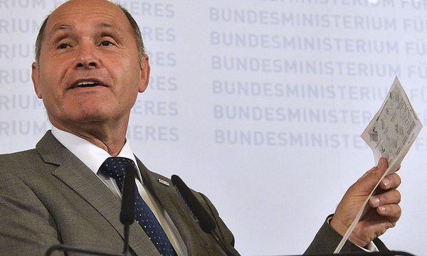 Innenminister Wolfgang Sobotka bei der Pressekonferenz im September 2015, als er die Verschiebung der Stichwahl ankündigen musste / Bild: APA/HERBERT PFARRHOFER