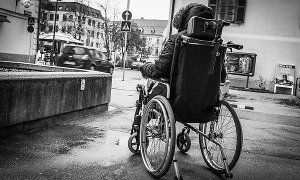 Im Rollstuhl kann Sophie nicht lange sitzen. Die Schmerzen sind zu stark / Bild: KLZ/Weichselbraun