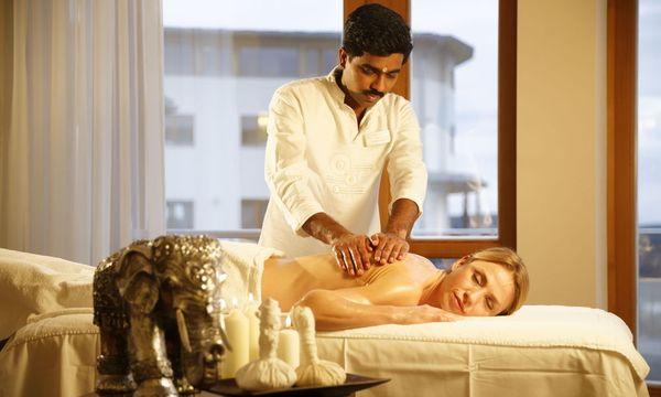 Die Abhyanga-Ölmassage harmonisiert Körperenergien, beruhigt das Nervensystem und regt den Lymphfluss an / Bild: www.bernhardbergmann.com
