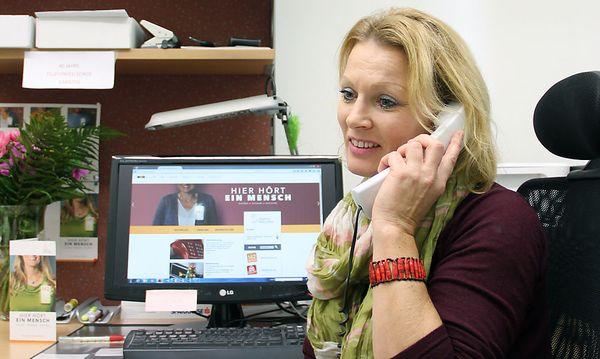 """""""Wenn jemand bei uns anruft, hängt er buchstäblich noch am Leben"""", weiß Radinger-Huber aus Erfahrung / Bild: KK/Caritas"""