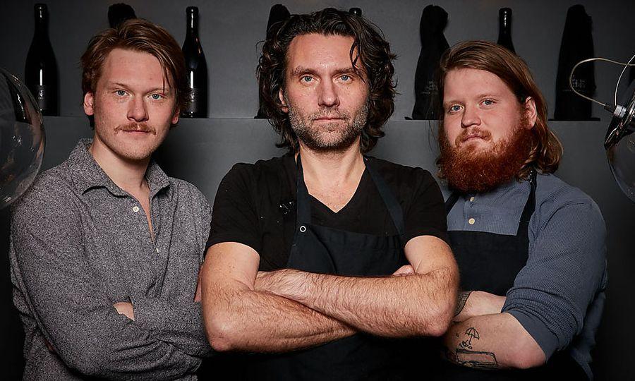 """Markus Mraz (Mitte) ist """"Koch des Jahres 2018"""", hier mit seinen beiden Söhnen Manuel und Lukas / Bild: (c) ©HELGE KIRCHBERGER"""