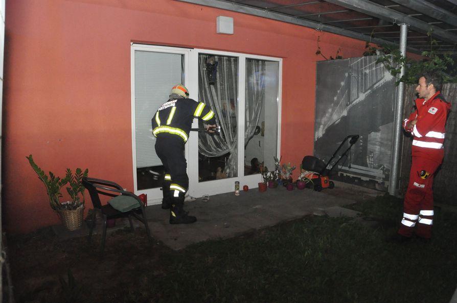 mitten in der nacht feuerwehr brach t r auf verletzte frau gerettet. Black Bedroom Furniture Sets. Home Design Ideas