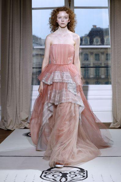 Paris Fashion Week Zart Stoffe Und Ein Brautkleid Mit
