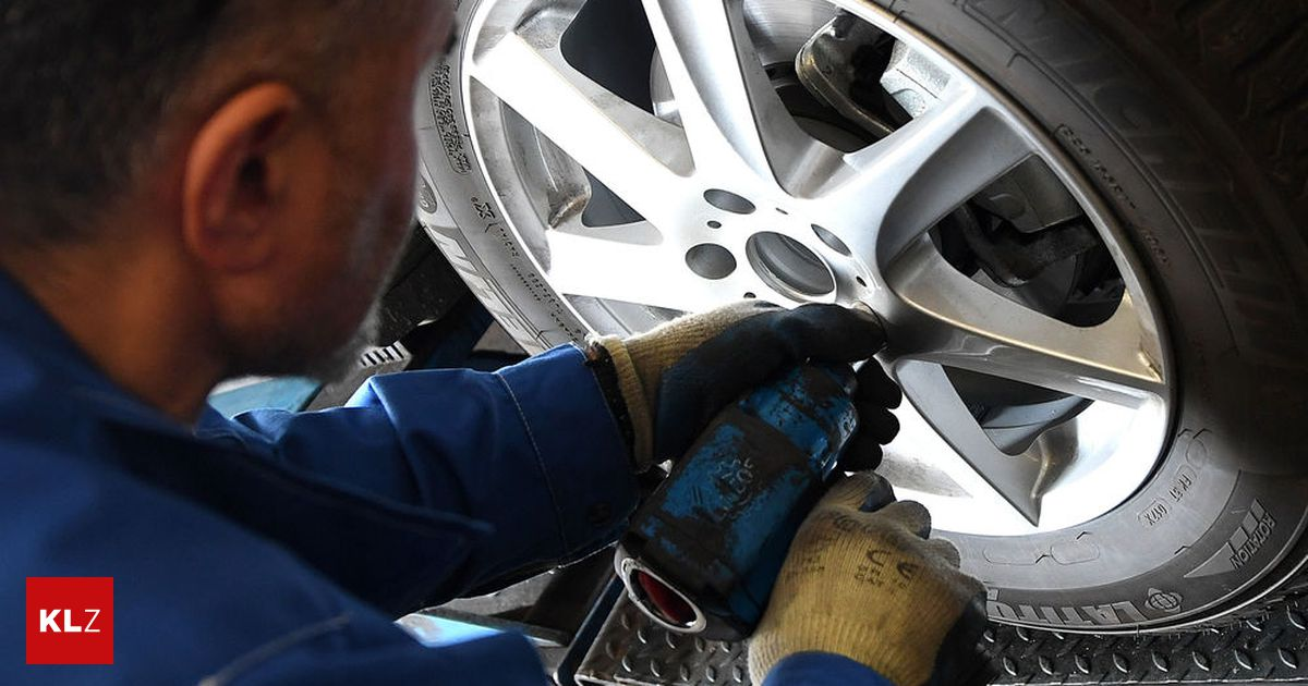 Stockerau auto st rzte w hrend reparatur auf 21 j hrigen for Auto stockerau